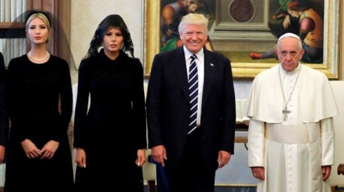 «Какие христиане эти Трампы?»: Семья президента США посетила папу римского