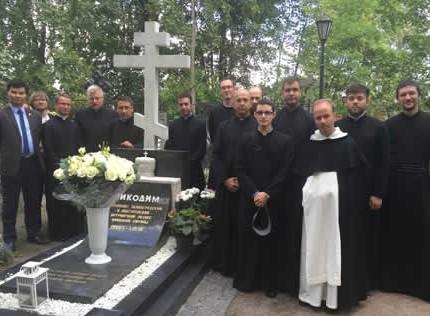 Участники Летнего института на могиле митрополита Никодима (Ротова)